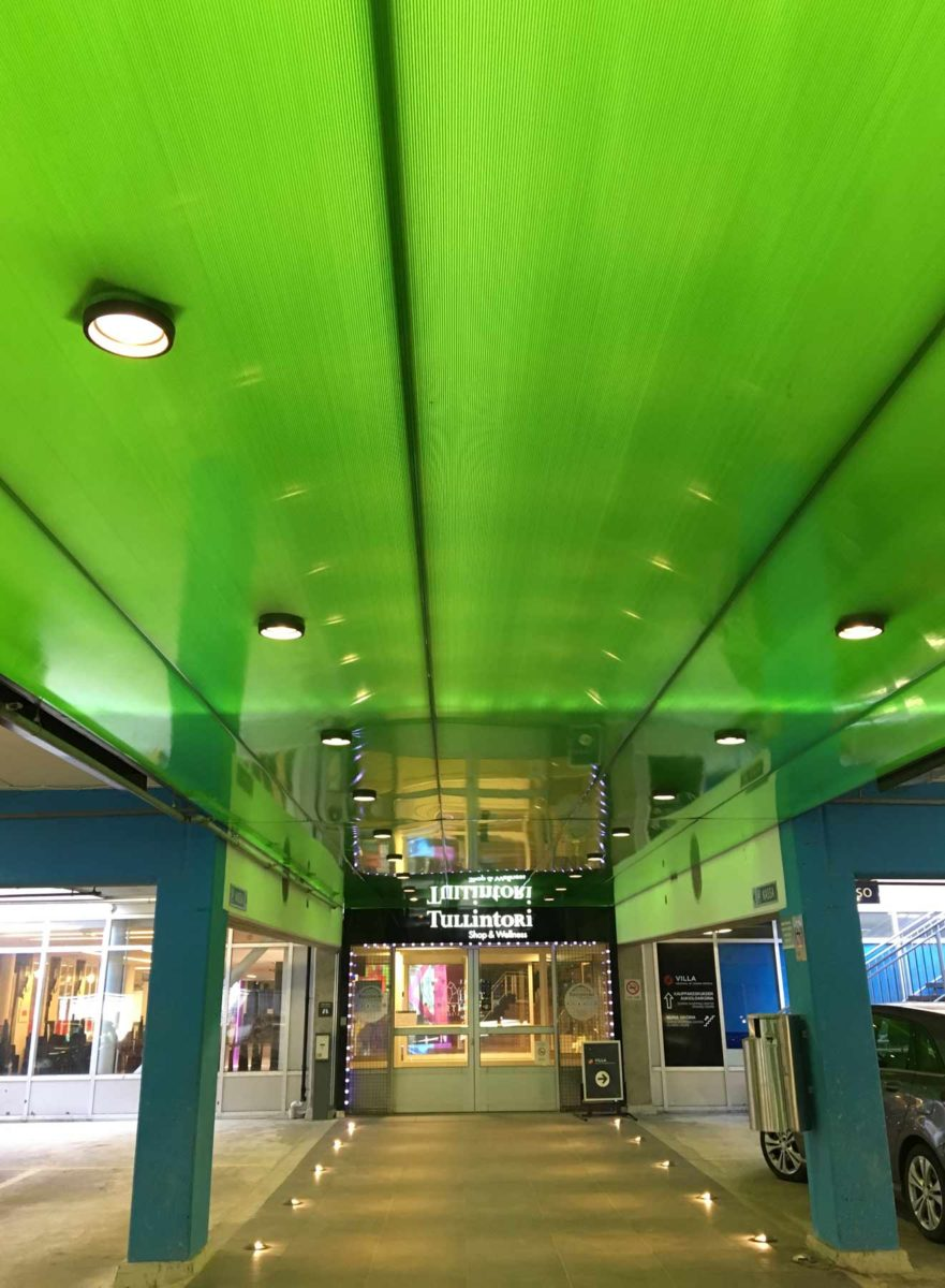 Tampereen Tullintorilla Danpalonin valoa läpäisevä ja heijastava kattopaneeli.