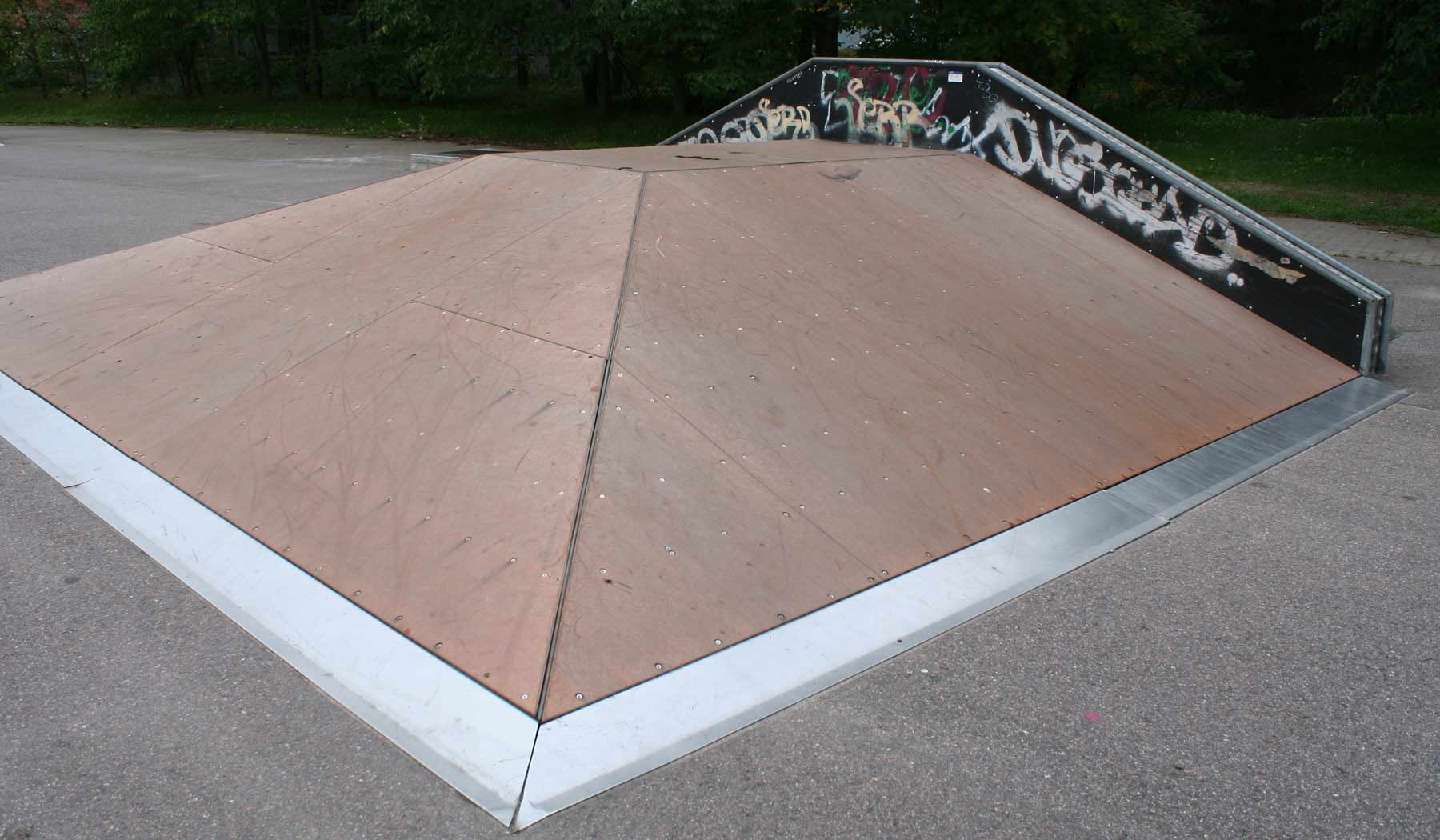 Skeittipuiston ramppien päällysteet Skatelinesta