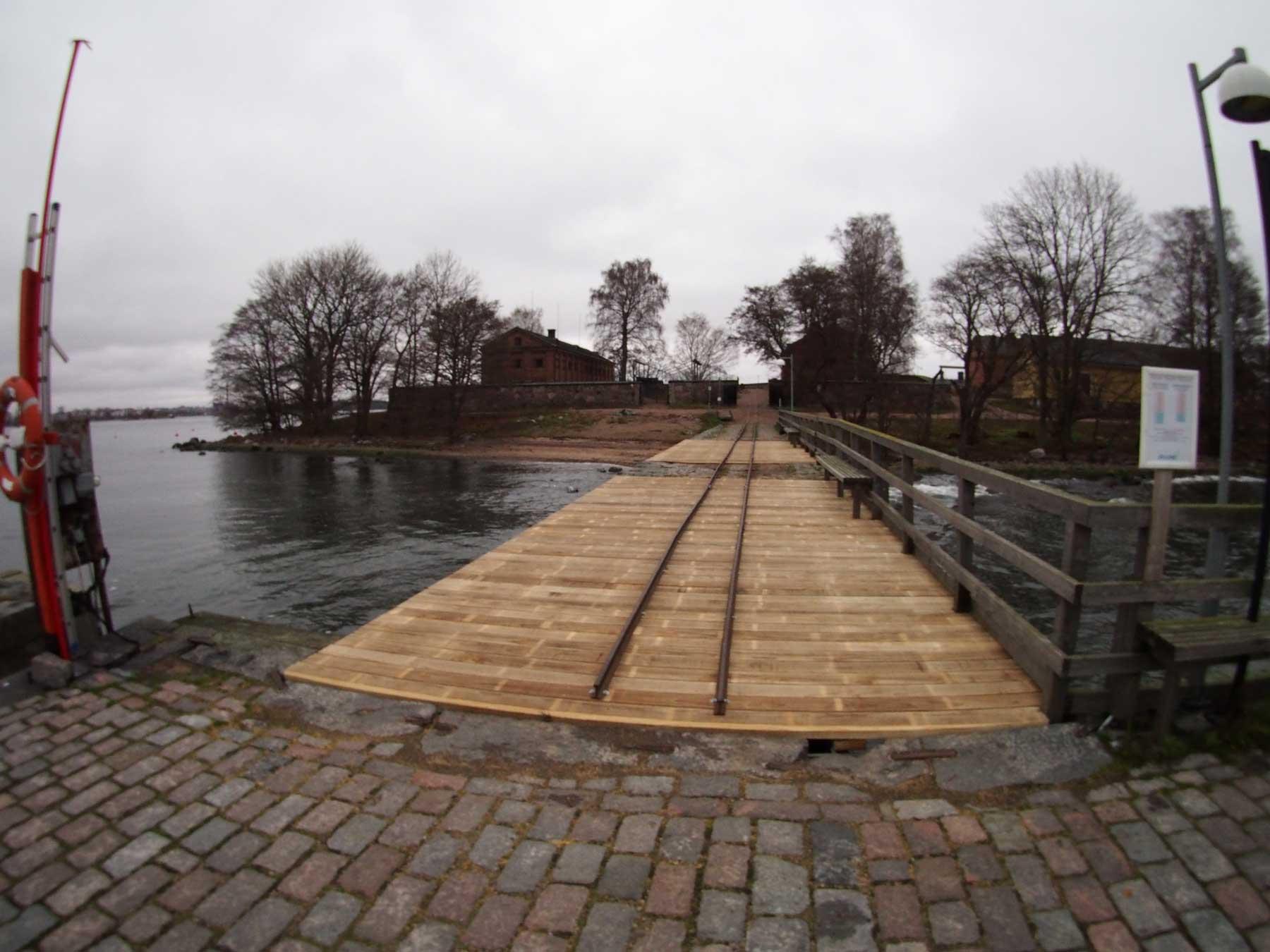 Suomenlinnan hoitokunnan rakentama uusi Lonnan laituri Accoyasta