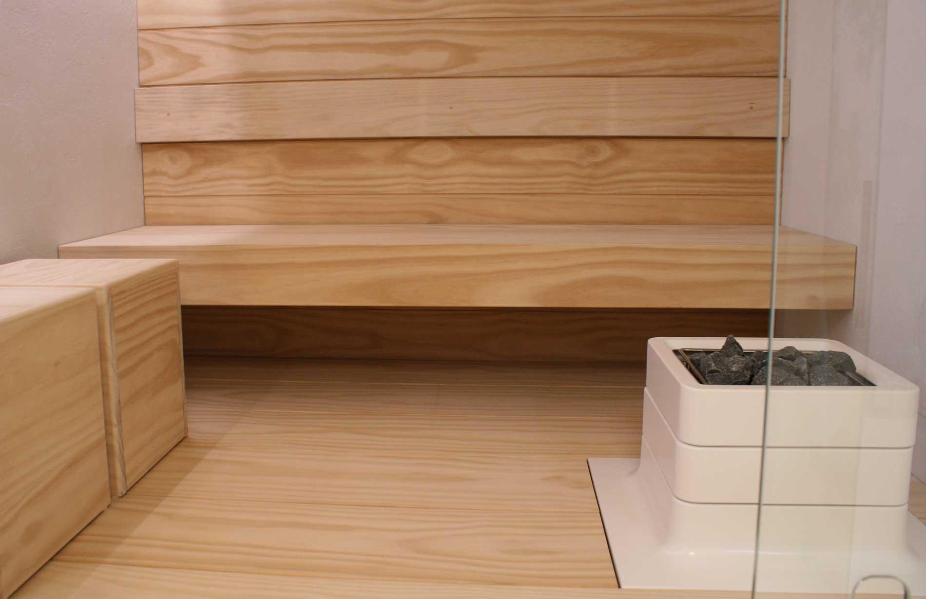 Accoyasta tehdyt lauteet saunassa sekä saunajakkarat