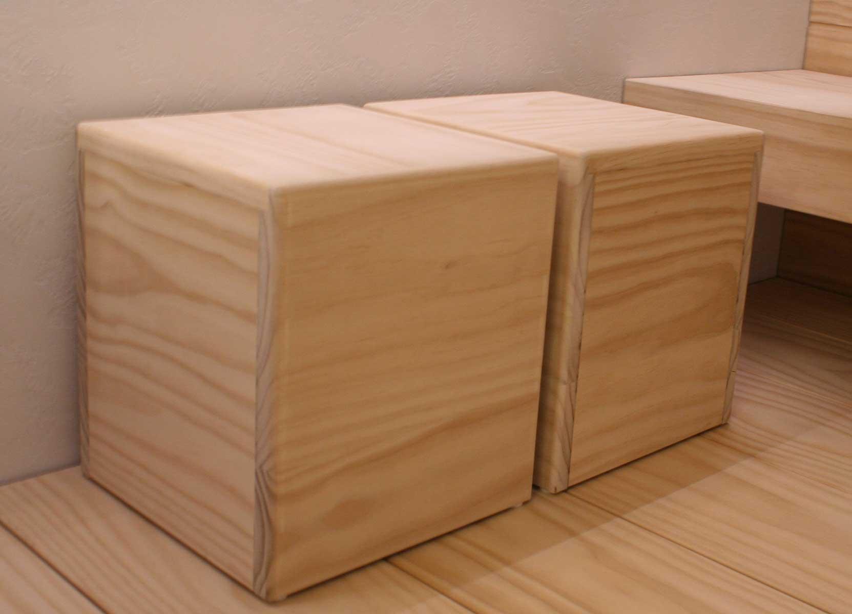 Accoyasta tehdyt lauteet saunassa ja saunajakkarata, istuimet