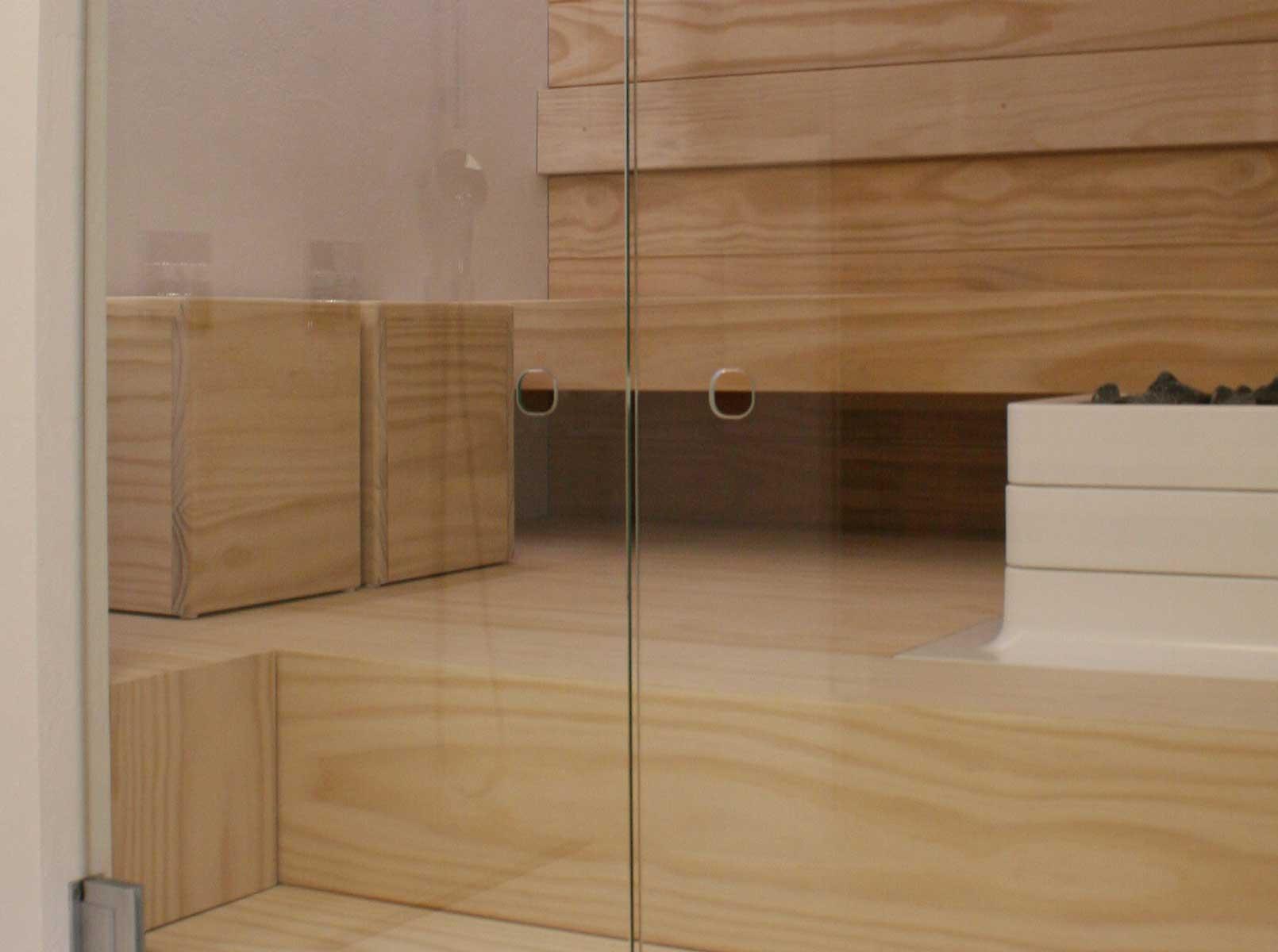 Accoyasta tehdyt lauteet saunassa sekä infrapunasaunassa
