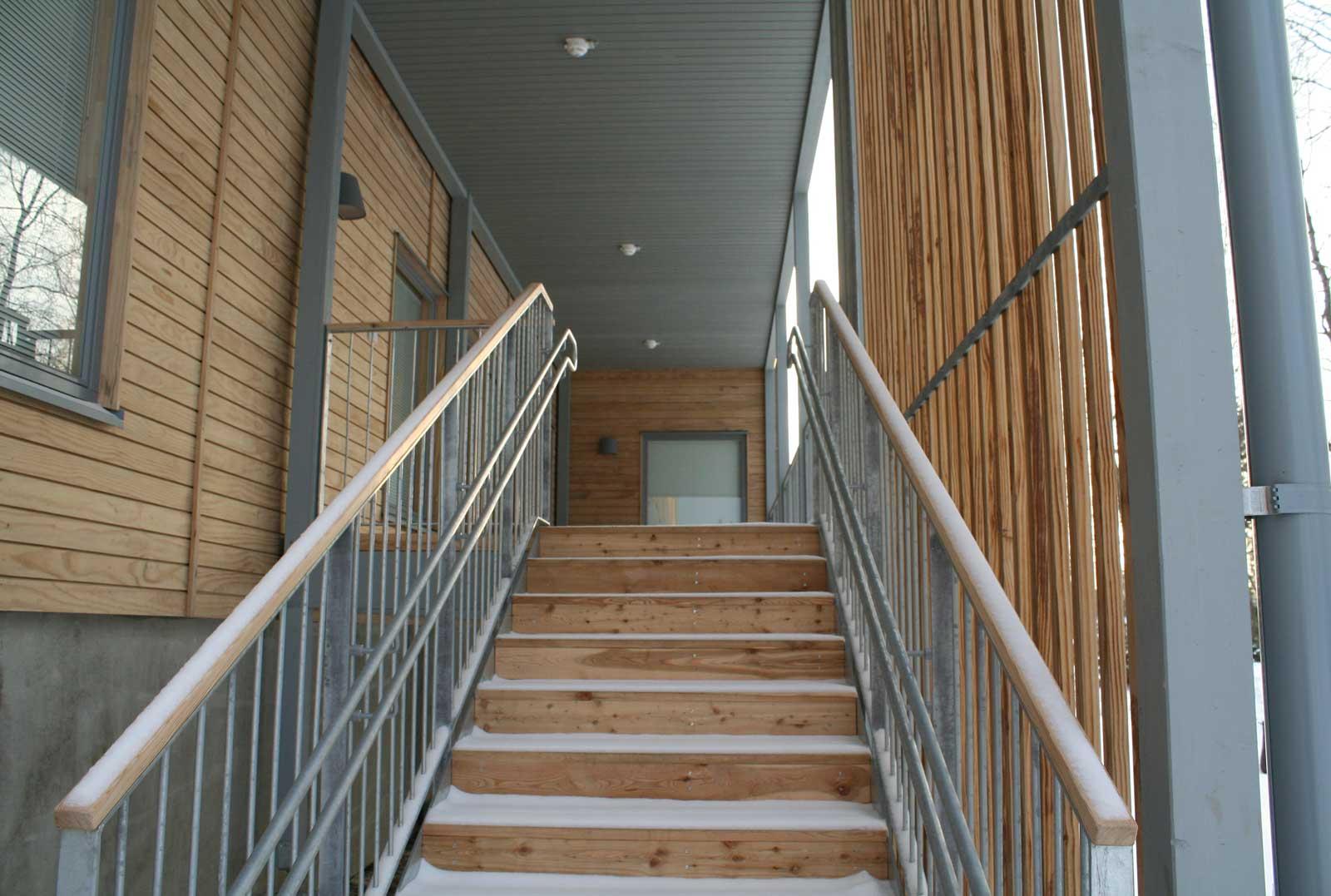 Näkymä aurinkolinnan takaterassille portaiden juurelta, portaat eivät ole Accoyaa. Sen huomaa oksista. Accoya on lähes täysin oksatonta.