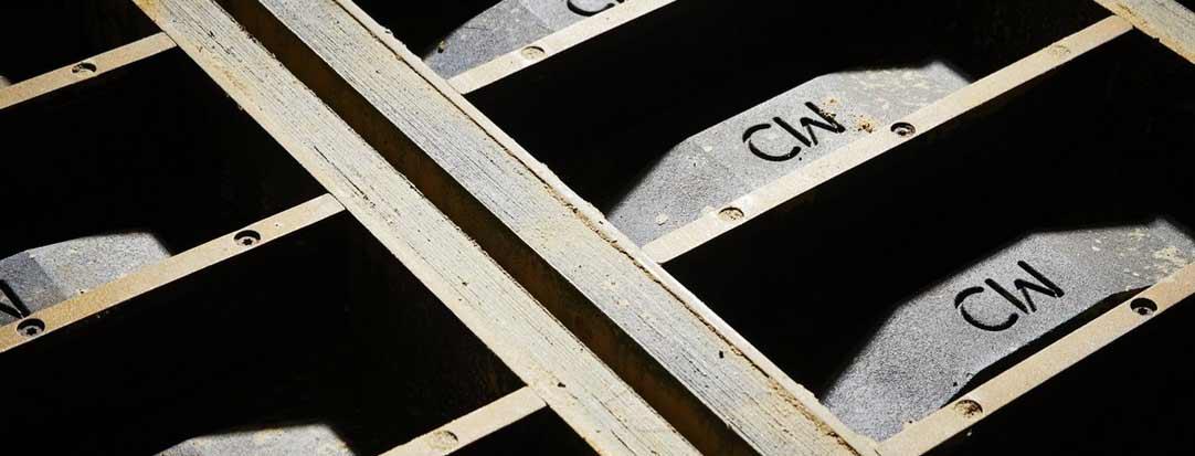 Perinteinen julkisivutiili tehdään puumuotilla käsinlyöden