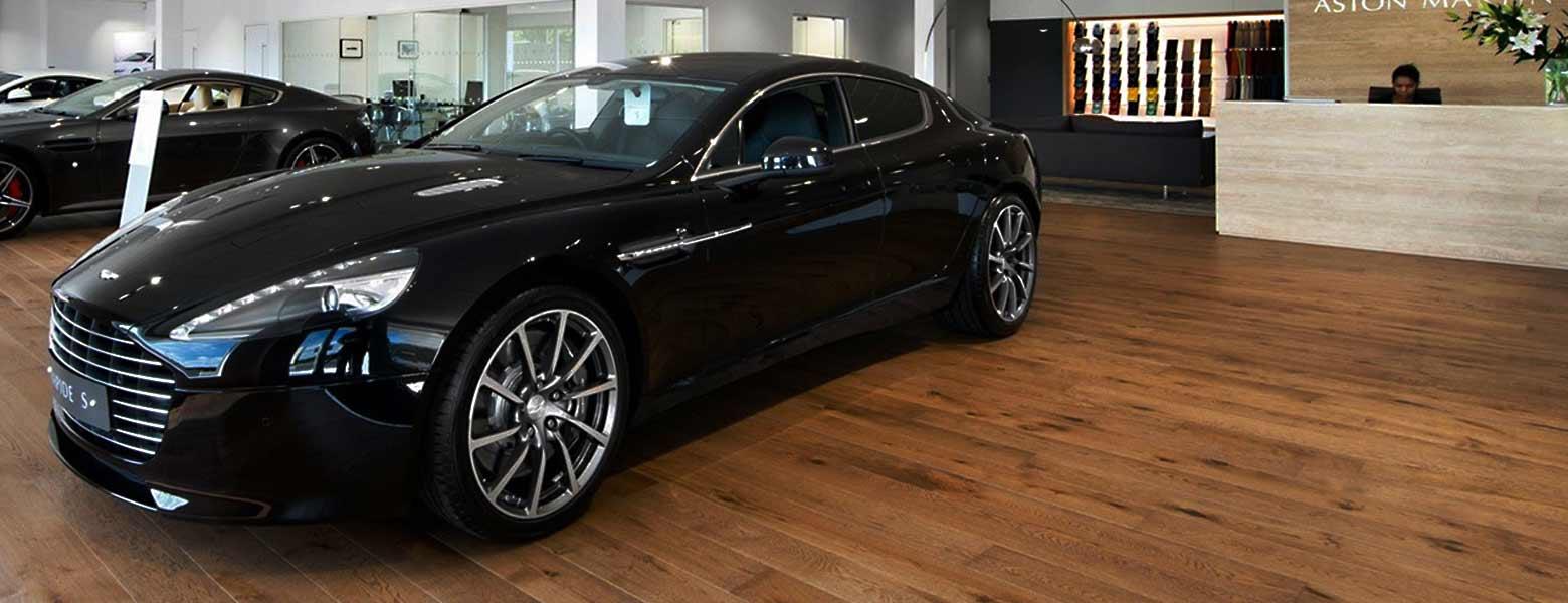 Aston Martin liikkeen tyylikäs parkettilattia on Havwoodilta