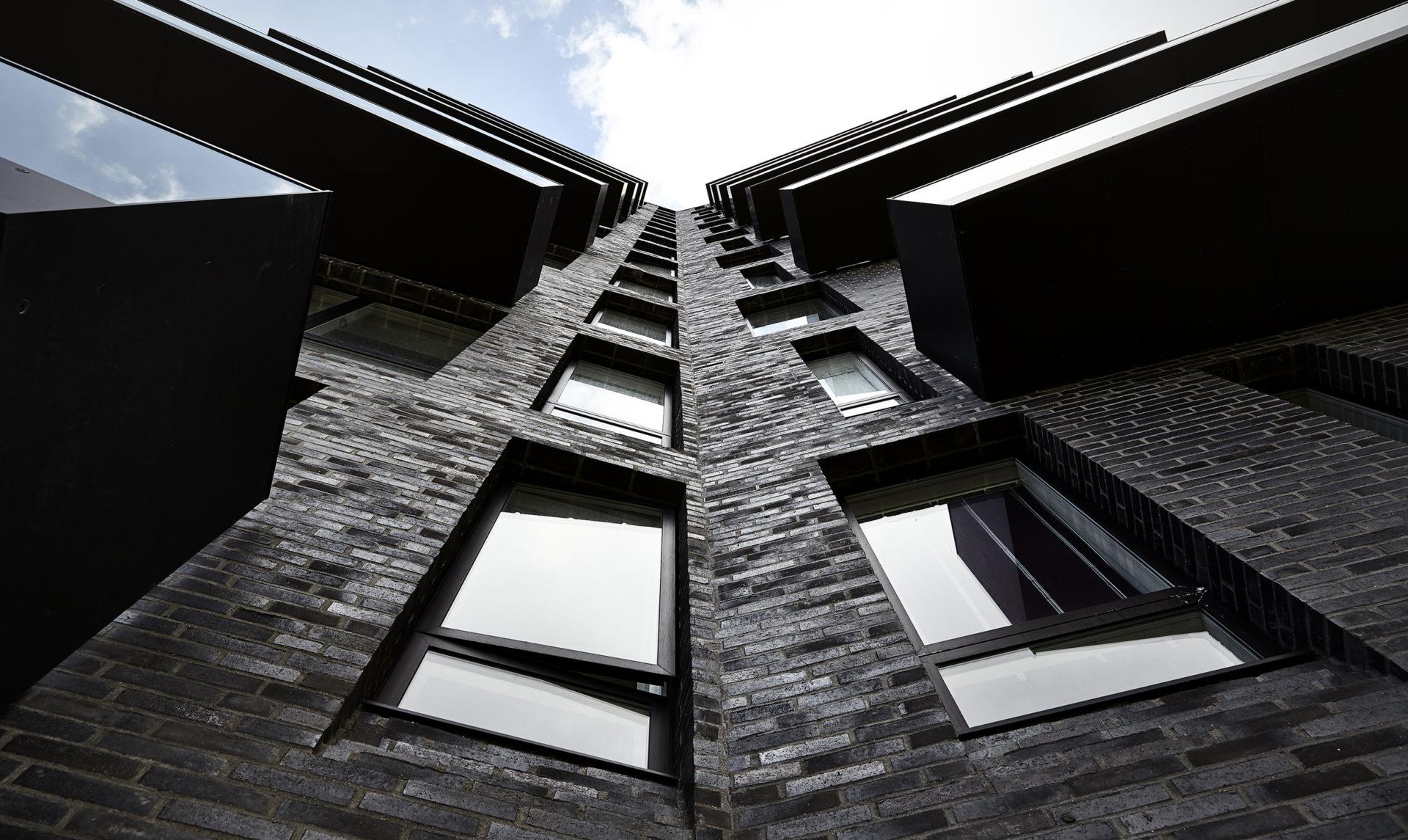 15 kerroksinen tornitalo mustalla tiiliverhoilulla on pakkansa ottava maamerkki
