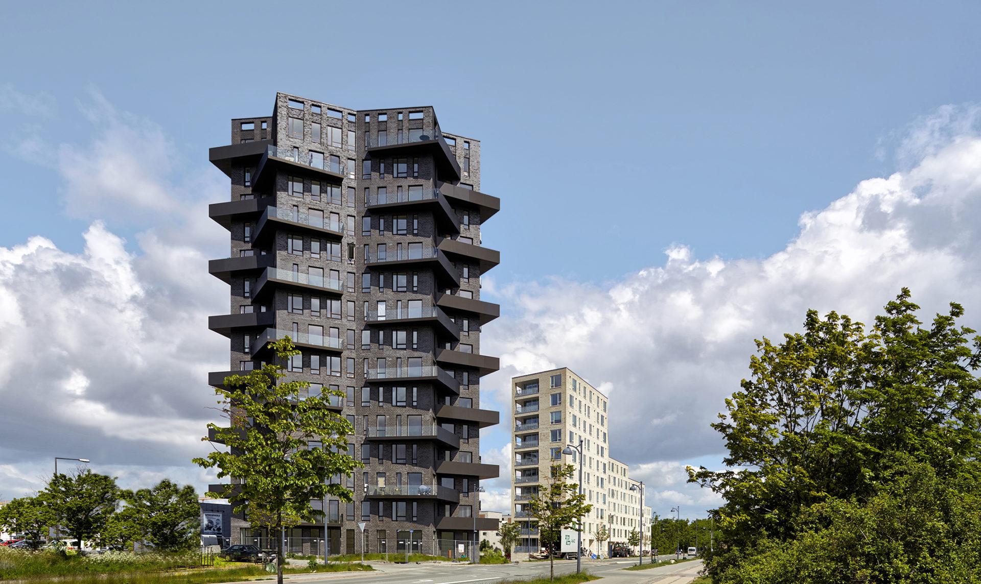 Moderni tornitalo on saanut mustan julkisivutiilen