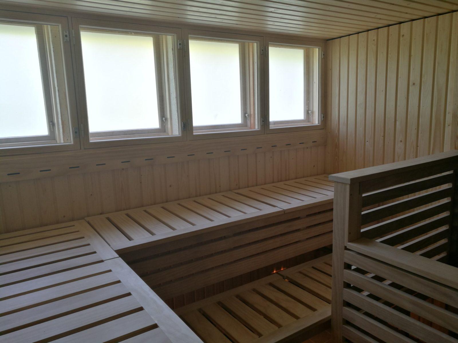 Accoya kestää erinomaisesti myös kuumuutta ja kosteutta. Se toimii myös jatkuvalämmitteisissä julkisissa saunoissa.