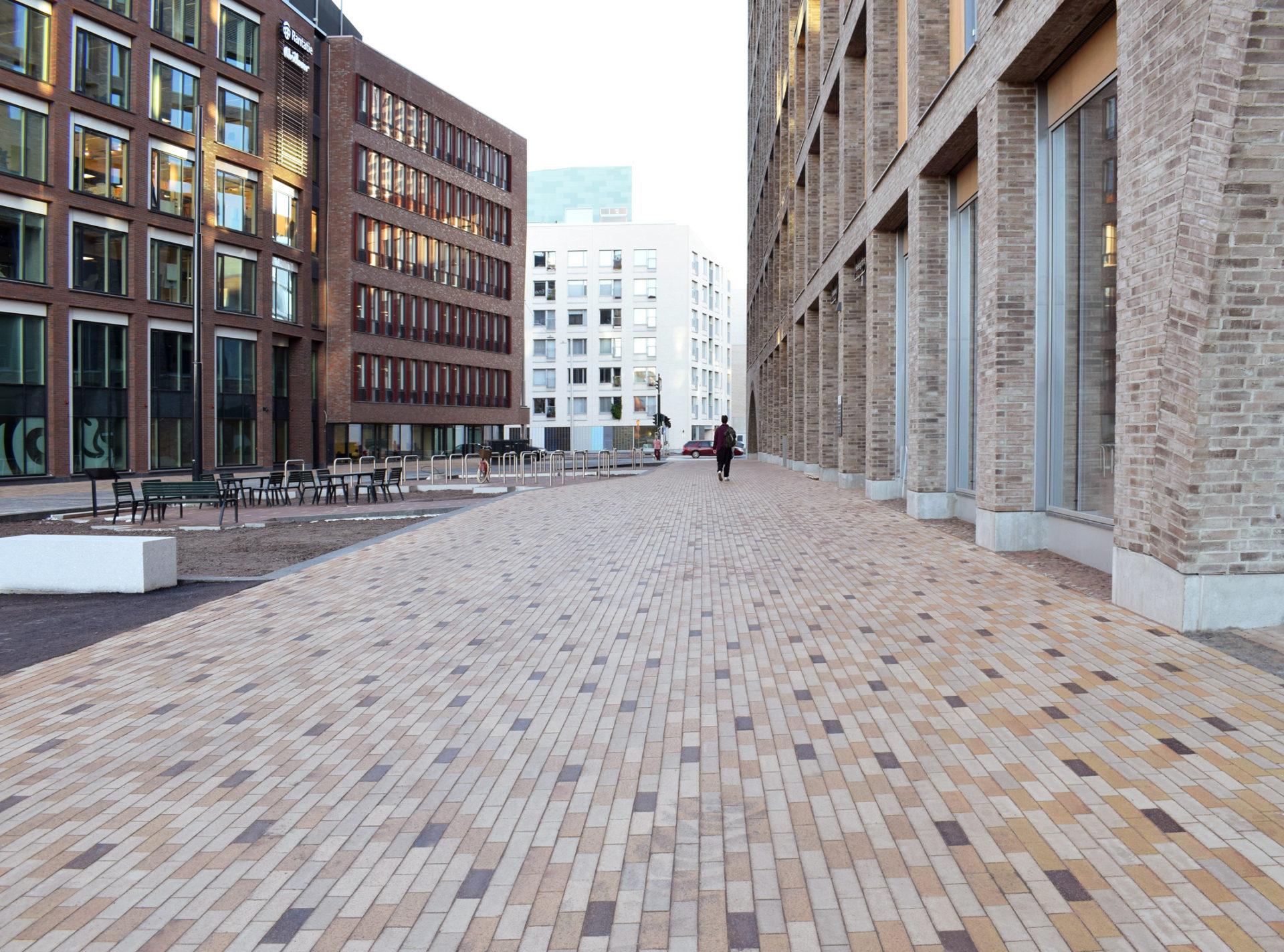 Kaupunkiympäristötalon pihaa koristaa tyylikkäät maatiilet